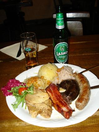 Cerveja Lasko, batata, salsicha, salada de repolho refogada, frango.